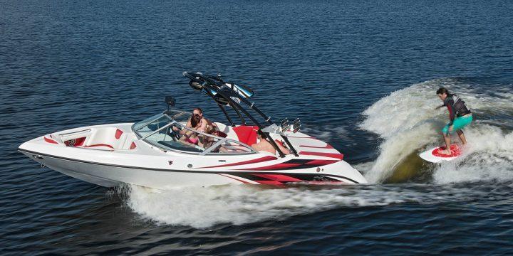Beste Schleppboote für Wasserski und Wakeboarding